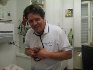 Spaß an der Arbeit. Dr. Paululs freut sich über die gesunden Welpen.
