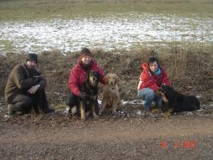 Mama Asra mit Bilbo, Basco (li.) und Arco (re.)